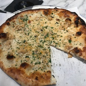 Spicy clam pizza